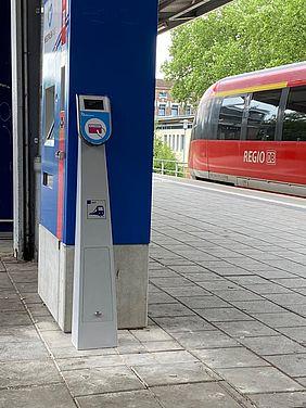 Chipkartenlesegerät an einem Bahnsteig